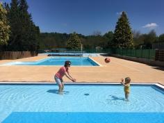Heerlijk zwembad voor baby's en peuters erbij