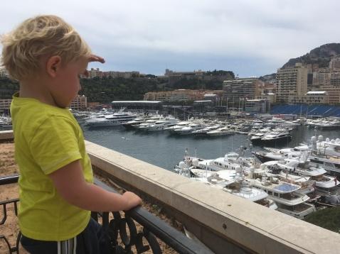 Jens kijkt uit over haven