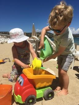 De jongens spelen samen op het strand...