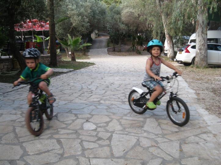 Elena samen fietsen
